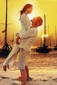 Пляжная романтика, парень держит возлюбленную на руках в свете заката - аватарка для вконтакте.