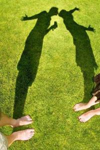 Он и она на аватарке для контакта, картинка с целующимися тенями.