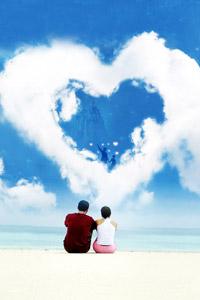 Сердце из облаков на аватарке для социальной сети в контакте. На картинке двое влюбленных счастливы вместе.
