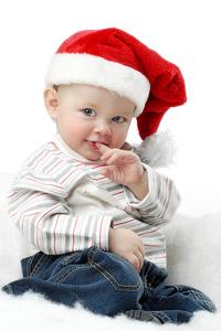 Маленький мальчик в шапке санта